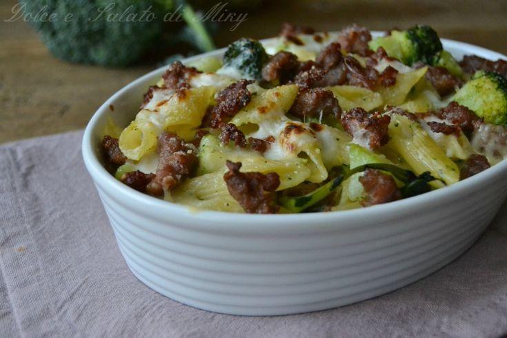Pasta al forno con broccoli e salsiccia, dorata e cremosa, un piatto ideale per la domenica, si può anche preparare in anticipo.
