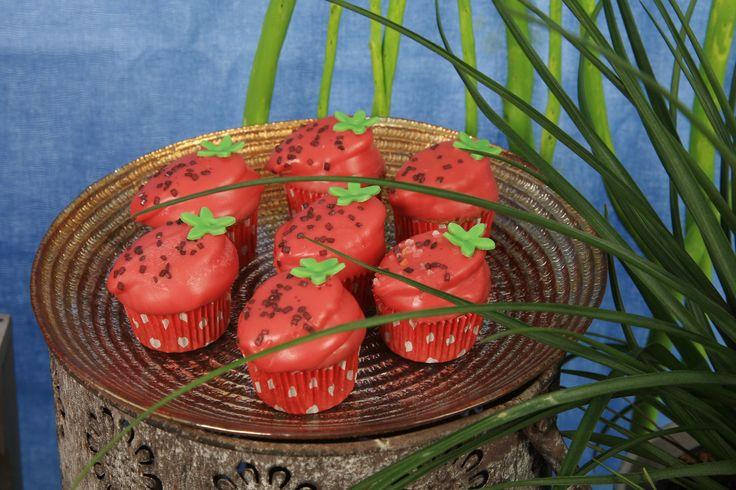 Vad blir det av en rosbladsutstickare, en multiutstickare och röda minimuffinsformar? Jo, jordgubbsmuffins! Kombinerad kaka och muffins är det under det röda chokladtäcket på dessa söta minimuffins. Vi visar hur i säsongsbladet som räcker sommaren ut. Passa på att boka din visning innan dess! #jordgubbar #jordgubbsmuffins #cupcakes #choklad #kakaochcupcakes