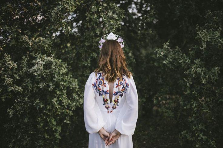 Las novias originales son pura inspiración. Julia apostó por un vestido con bordados de color y un tocado vertical. Su look no te dejará indiferente...