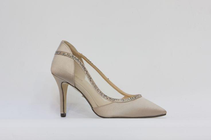 společenská obuv, saténový svršek, uvnitř kůže, podpatek 7 cm, barva tělová, k dostání v obchodě Střevíce a více,