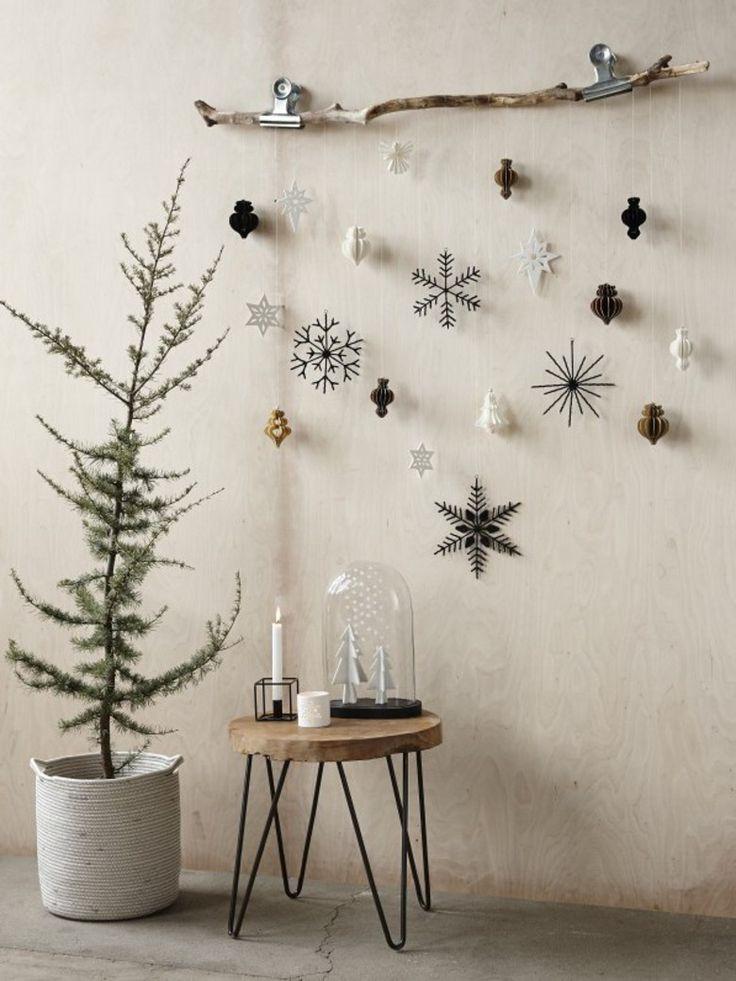 Äste mit schönen weihnachtlichen Anhängern sind…