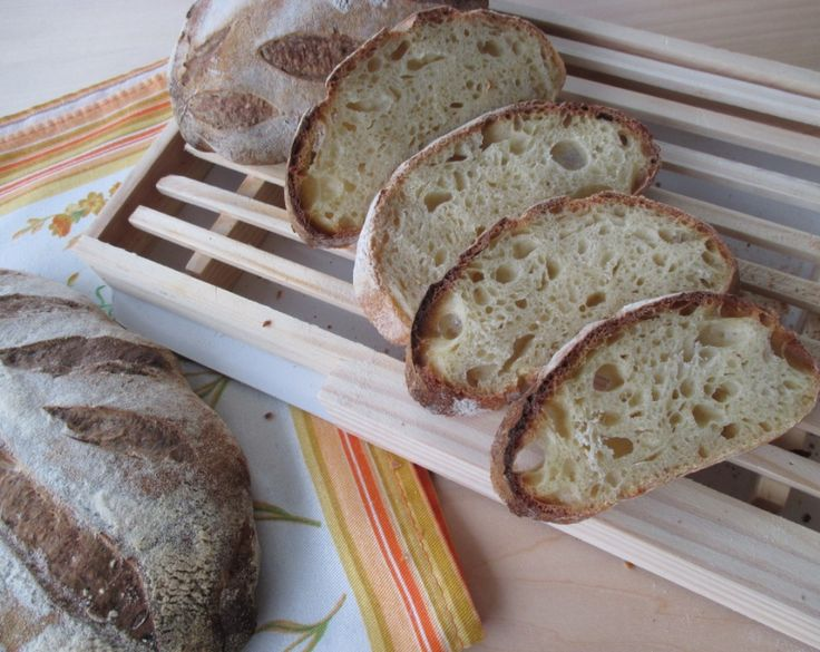 Il pane 100% semola rimacinata e lievito madre è un pane speciale, con il sapore speciale che solo il grano duro sa dare. Eccovi la ricetta per ottenere un buon pane a lievitazione naturale con questo tipo di farina. La ricetta è corredata di passo passo fotografico.