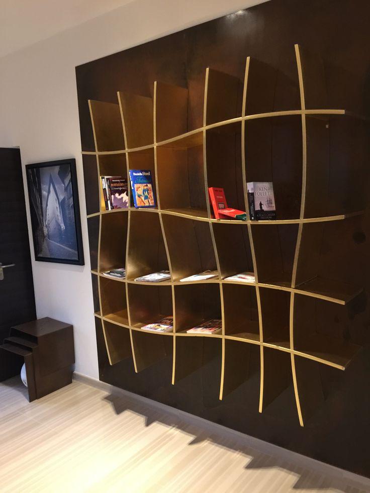 Police na knihy,... do obyvaku. Zvlnene linky & zlata barva pusobi uzasne.