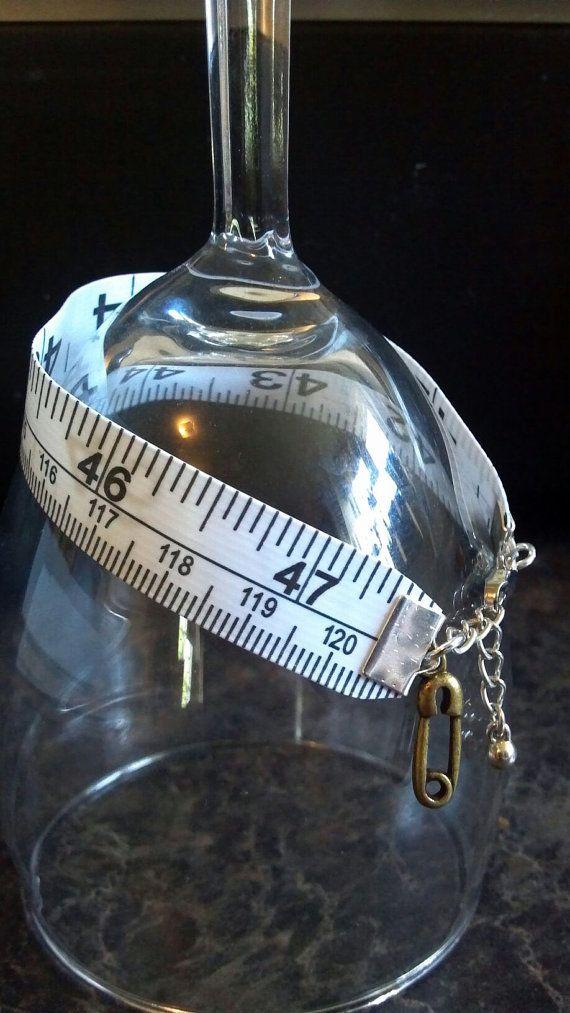 Bracelet fabriqué à partir dun ruban à mesurer réel utilisé pour coudre/matelasser. Cadeau parfait pour un quilter ou amateur de couture ! A une chaîne dextension donc une taille adapte la plupart. Vous pouvez choisir entre le charme de dé à coudre, un charme de lépingle de sûreté, une « fait main » main charme, ciseaux, ou une goutte dargent (ou une combinaison des 2). Faites-le moi savoir au moment du départ que celui que vous préférez ou je vais juste envoyer un au hasard. Autres charmes…