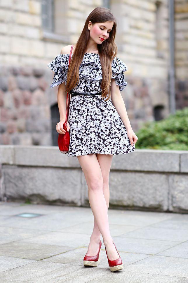 Czarno Biala Sukienka W Kwiaty Czerwona Kopertowka I Czerwone Buty Na Koturnie Ari Maj Personal Blog By Ariadna En 2021