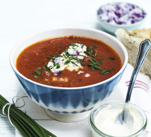 Lav en smagfuld og fyldig tomatsuppe med grøntsager, bacon og toppet med lækkert tilbehør.