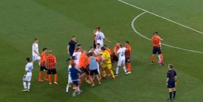 L'affrontement entre les deux géants du football ukrainien a mal tourné lorsque les joueurs du Dynamo Kiev et du Chakhtior Donetsk en sont venus aux mains.