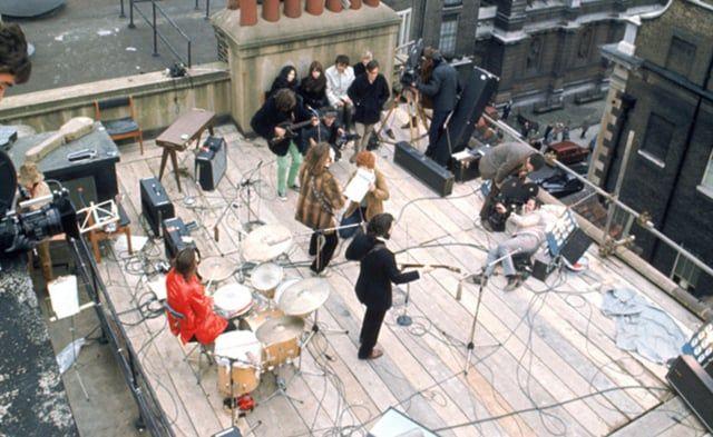 Los Beatles ofrecen su último concierto. El evento tiene lugar en Londres, en la azotea del edificio donde Apple tenía sus oficinas. En los cuarenta minutos de actuación, al cuarteto le acompaña Billy Preston. La policía intenta parar el inesperado show, ante la avalancha de curiosos que circunda el edificio y que ha interrumpido el tráfico en el barrio. El grupo comenzó con 'Get back' y cerró con una versión de la misma canción, ahora sí, abortada con éxito por la policía. Fue la última…