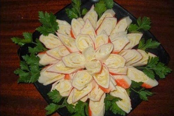 Хризантема из крабовых палочек с сыром