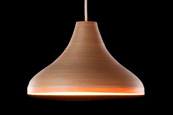 """La firme japonaise Bunaco fabrique ses luminaires selon un procédé unique : de très fines lamelles de hêtre sont enroulées. La forme est ensuite """"repoussée""""."""