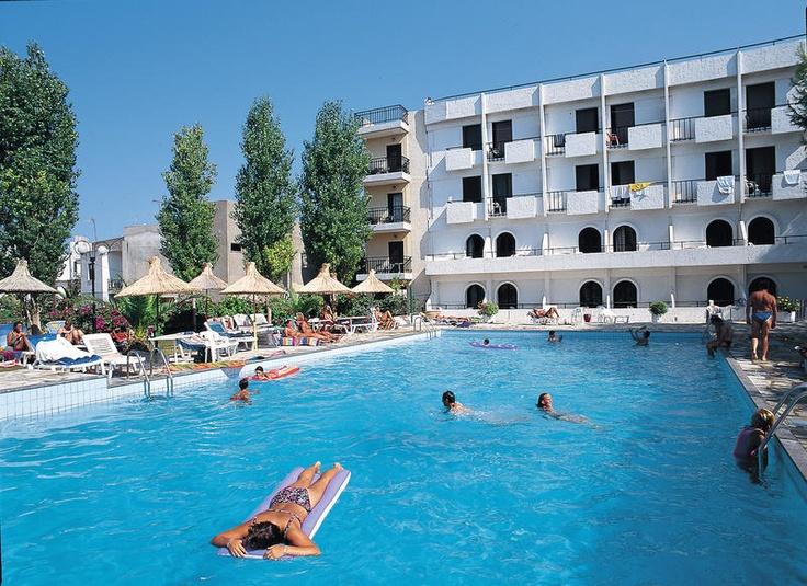 Dit zeer gezellige hotel, met een jonge en levendige sfeer, ligt aan de rand van het centrum en is al jaren populair bij vele Nederlanders.    Het zwembad is omringd door een zonneterras met ligbedden en parasols. Heronissos Beach biedt enkele (sport)activiteiten o.a. biljart, tafeltennis en fitness. Hotel Heronissos Beach ligt zeer centraal, aan de rand van Chersonissos. Op ca. 100 m van het strand en ca. 25 m van het gezellige centrum. Officiële categorie A