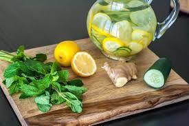 Preparado para eliminar toxinas, activar el sistema inmune y ayudar a la pérdida de peso. Mezclar y beber: - 8 vasos de agua - 1 cucharada de jengibre rallado - 1 pepino mediano, pelado y cortado - 1 limón cortado en trozos - 12 hojas de menta