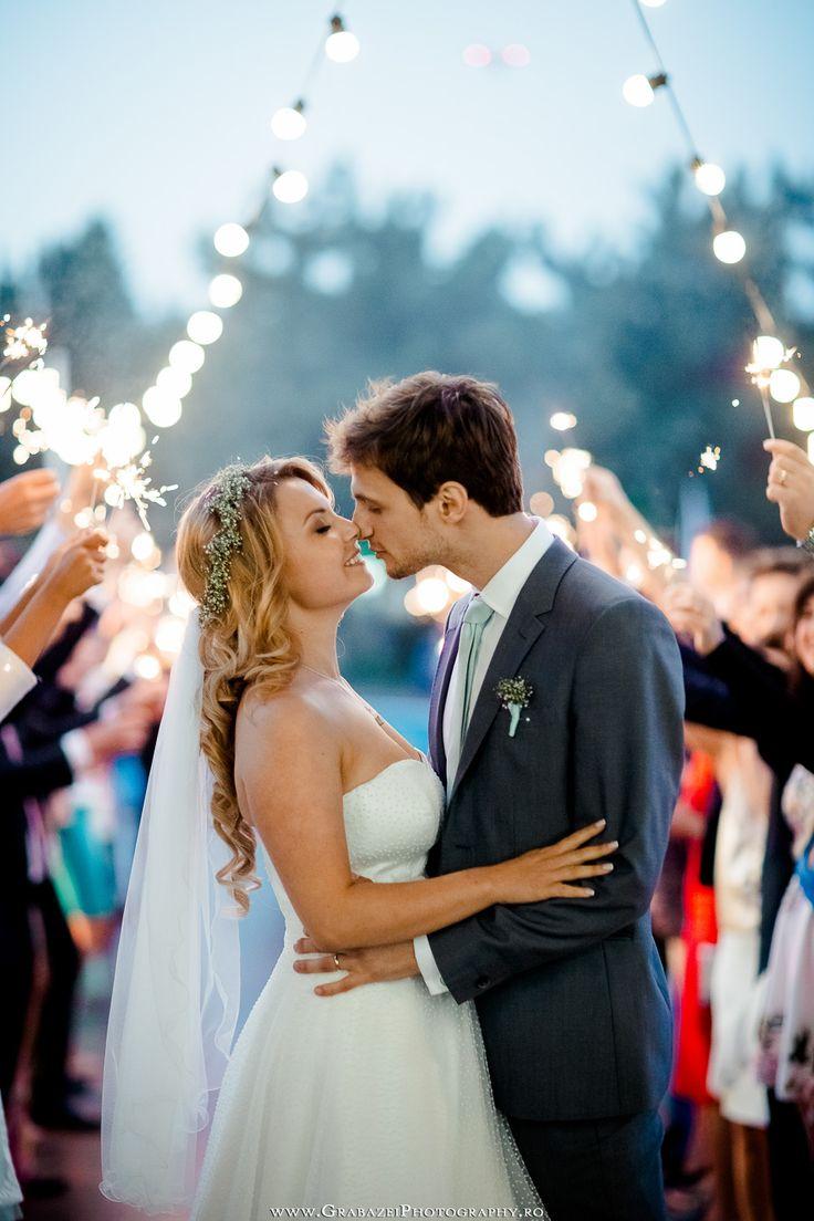 Outdoor wedding decoration photo ideas #grabazei #outdoorwedding #nuntainaerliber #bucuresti #bucharest fotograf nunta bucuresti #chisinau bengal lights summer fireworks