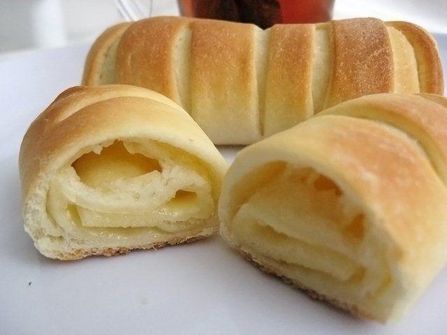 Несладкие булочки с соленым плавленным сыром, которые просто идеально подходят для завтрака с горячим сладким чаем.