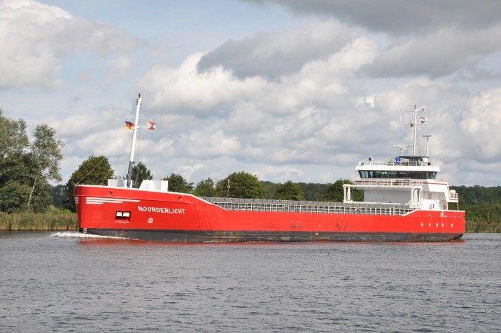 """Buque::""""NOORDDRLICHT"""". Año de construcción: 2005. IMO: 9279068. Propietario: Souwerbren Shipping C.V., Alkmaar. Gestión: Wagenborg Shipping B.V., Delfzijl. Construido: Astillero Peters B.V., Kampen / 1007. Dimensiones: Eslora : 82.5 m. Manga:12.5 m. Calado 8.00 m. Potencia del motor: 1.698 CV  Velocidad: 11,5 nudos, Identificativo: PHEH. Bandera: Holanda."""