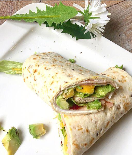 """Met m'n collegaatje Chantal heb ik gisteren """"Mamasuperdun wraps"""" gemaakt voor de lunch! Hele lekkere combinatie en makkelijk te maken :) Je kant niet eens een recept noemen, zo ma…"""