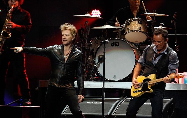 Джон Бон Джови и Брюс Спрингстин на благотворительном концерте «12.12.12» в нью-йоркском Мэдисон-сквер-гардене. © Lucas Jackson/Reuters