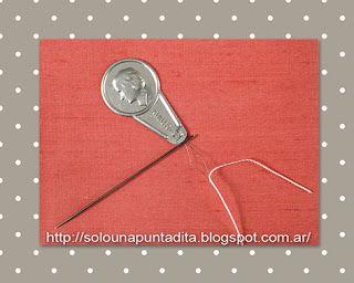 El enhebrador de aguja resulta muy práctico si no tenemos buena vista o si queremos enhebrar una aguja con ojo muy pequeño.