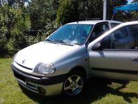 Gumtree: Renault Clio II 1,4 benzyna, 1999 rok. Auto pod stałym nadzorem mechanika, delikatne wgniecenie w prawych drzwiach, ślady korozji przy wlewie paliwa oraz błotnikach. Auto jak do tej pory nie zaw