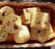 El amaranto en un grano de uso milenario en México que, junto con el piloncillo y la miel de abeja, conforma este dulce muy típico mexicano.