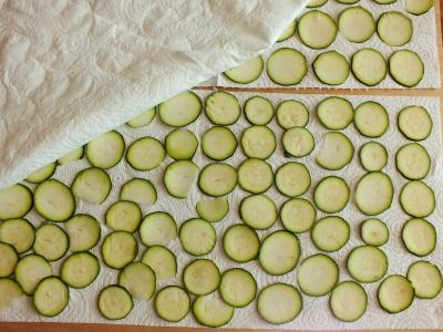Nemmeno un goccio di olio in queste chips di zucchine che cuociono in forno. Uno stuzzichino golosissimo e leggero da mangiucchiare con le mani.