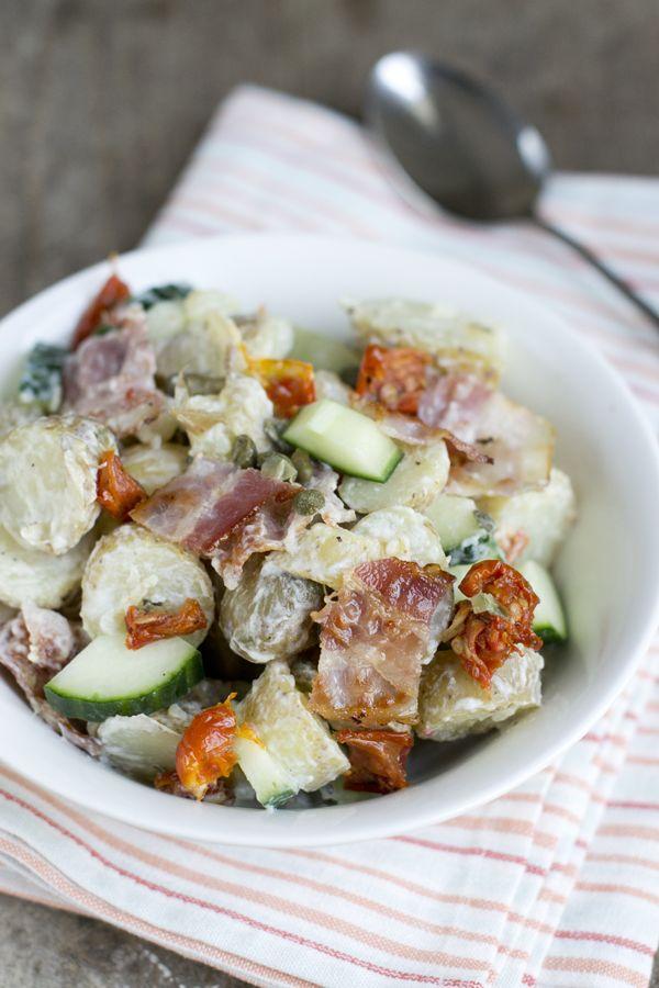 Een aardappelsalade klinkt misschien saai en iets wat vooral in de 80's werd gegeten, maar dat is het niet. Je kunt er juist alle kanten mee op. Ook in 2015 ;) En voor echte AVG-lovers die geen genoeg kunnen krijgen van aardappelen (zoals ik zelf) is het eigenlijk ideaal, zeker met een mooie dag. Misschien... LEES MEER...