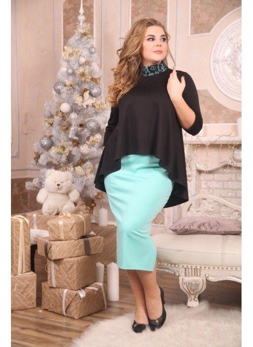 Стильный костюм выполнен из французского трикотажа и трикотажа Джерси. Блуза асимметричного кроя, с удлиненной спинкой. Модель с воротником-стойкой, который декорирован кружевной вставкой. Яркая мятная юбка имеет вырезы по бокам. Идеальный вариант для мероприятия.