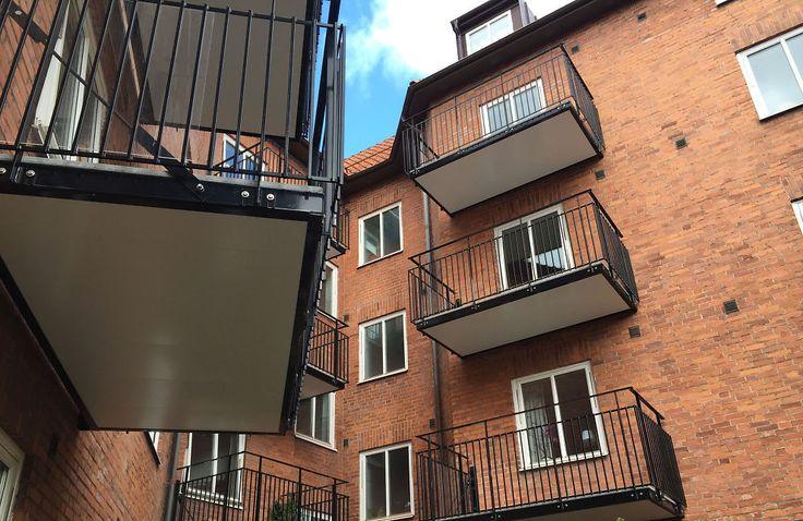 <p>DØRA KOMMER: Balkong har beboerne fått, men døra kommer først etter at de har flyttet ut.<br/></p>