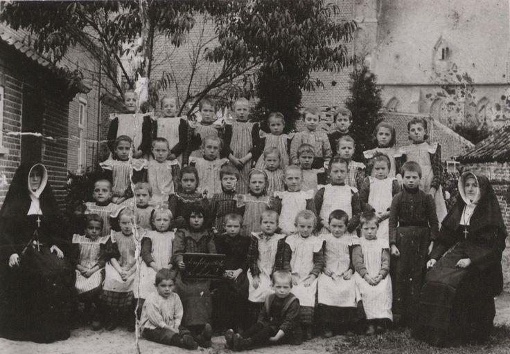 Een schoolklas in de kloostertuin in Sint-Anthonis, 1926 (met de schort aan naar school). (fotocollectie BHIC)