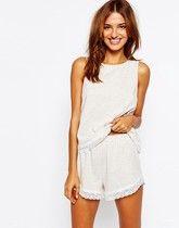 ASOS - Pyjamaset aus Trägerhirt und Shorts mit Spitzenbesatz - Hellbeige