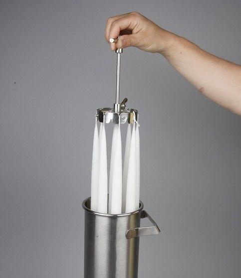 Kaarsen dompelen Voor alle benodigdheden, kijk even bij De Crea Shop. Kaarsen lonten bevestigd aan de dompelring worden gedompeld in de kaarsenwassmeltpan. Voor alle benodigdheden, kijk even bij De...