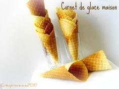 recette cornets de glace maison avec gaufrier rond.  Pour 10 cornets :  125 gr de sucre, 60 gr de beurre (remplacer par purée d'amande blanche ou huile ? ), 1 oeuf, 125 ml d'eau chaude, 125 gr de farine. ( 1 oeuf = 53g )