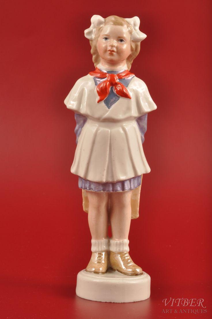 статуэтка, Пионерка, фарфор, Рига (Латвия), СССР, Рижская фарфоровая фабрика, автор модели - Зина Улсте, 50-е годы 20го века, 16 см, 1954-ый г.