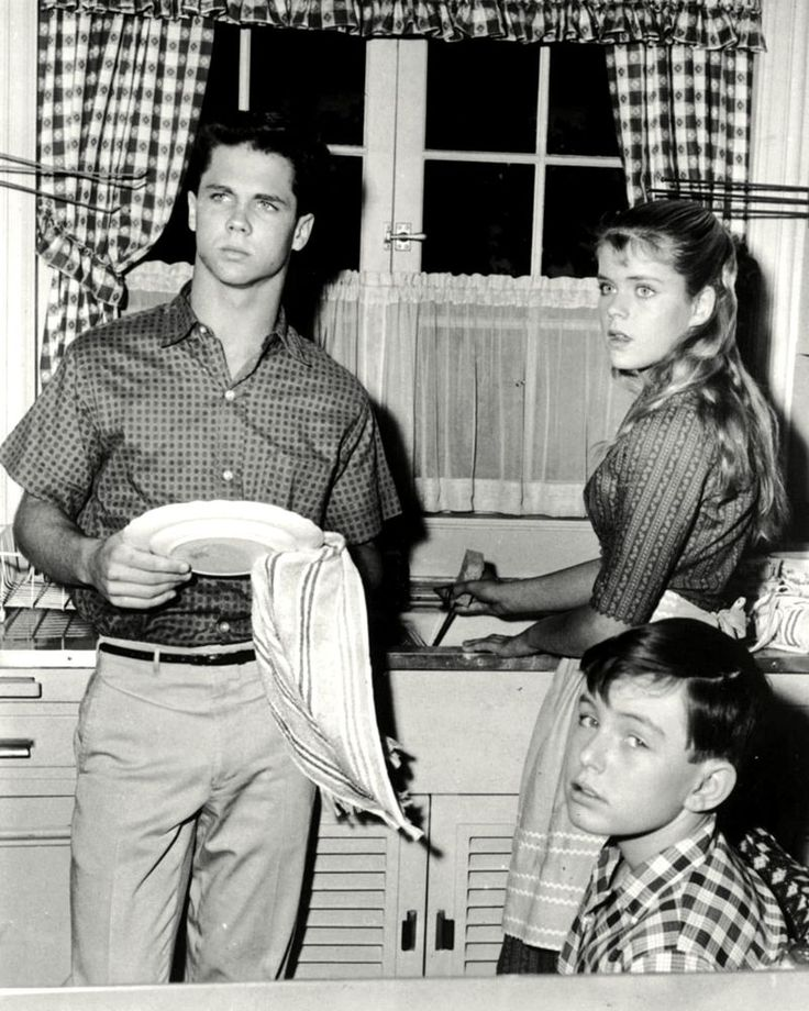 """TONY DOW AND JERRY MATHERS IN """"LEAVE IT TO BEAVER"""" 8X10 PUBLICITY PHOTO (DA-583)"""