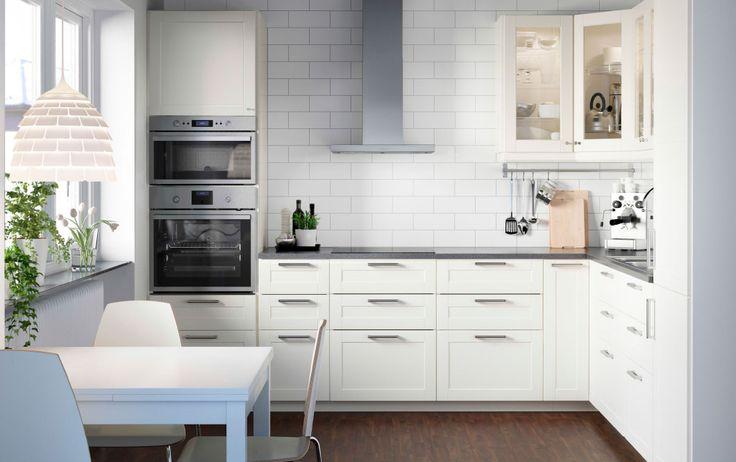 白系色で統一したMETOD/メトード キッチン。オフホワイトの扉とガラス扉を使用。