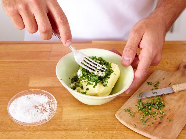 Zum Steak, gegrilltem Baguette oder neuen Kartoffeln gehört Kräuterbutter einfach dazu. Wir zeigen Ihnen, wie Sie Kräuterbutter selber machen!