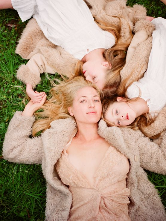 beautiful photo of mom and daughters     I want Rori Dellinger to take one like this for me sometime. LOVE it.