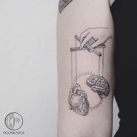 Tattoo coração e cérebro minimalista por /poonkaros/ no instagram