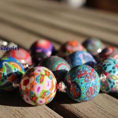 Joyeux gros collier de perles rondes multicolores