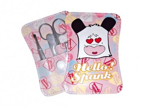 """HELLO SPNKPANK SET MANICURE ROSA 4 PEZZI  Mini set manicure Hello Spank in eco-pelle di colore rosa e scritta """"Hello Spank"""", con chiusura a clip con un piccolo velo di plastica trasparente, all'interno set manicure"""