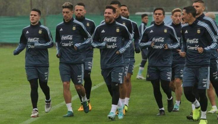 """Jorge Sampaoli probó un equipo súperofensivo: Lio Messi, Paulo Dybala y Mauro Icardi, más """"Laucha"""" Acosta por afuera, practicaron ayer.…"""