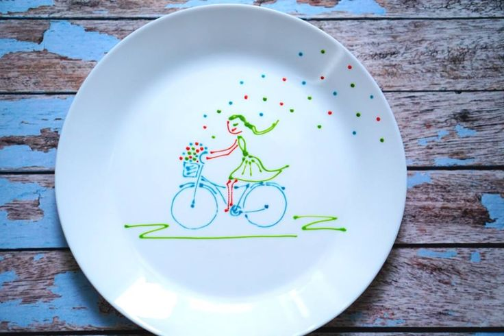 Ana pe bicicleta ei răspândește bucurie și veselie. povestipefarfurie povesti pe farfurie handmade farfurie pictata de mana pentru copii de Anaisme