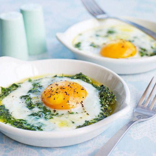 Dit recept lijkt wellicht een beetje ingewikkeld, maar wat je uiteindelijk uit de oven haalt is zooo lekker! De combinaat ei-spinazie is goddelijk en dat blijkt maar weer eens in dit ontbijtgerecht.    1. Verwarm de oven voor op 180 °C.  ...