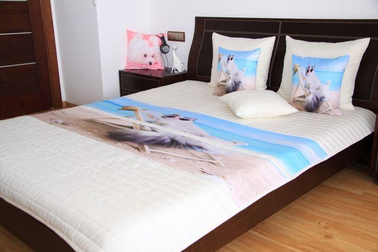 Bílo modré přehoz na postel s motivem kočky na pláži
