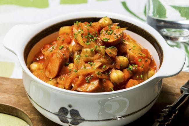 Kikertgryte med pølser og tomat