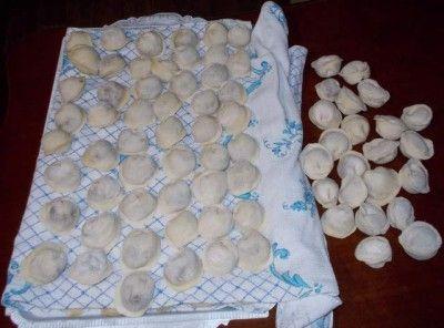 Компактный способ заморозки пельменей и вареников + идеальное тесто:  2 желтка, 1 стакан воды, 1 ч.л. соли(без верха), 3,5 стакана муки. Стакан 250 мл.