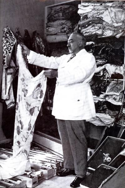 Paul Poiret : A fashion designer during the early 20th century that was popular from 1903 and during World War I. He got rid of corsets, used vivid colors, and designed hobble skirts.