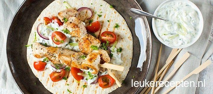 Malse kipspiesjes met oregano gecombineerd met frisse tzatziki saus op een wrap