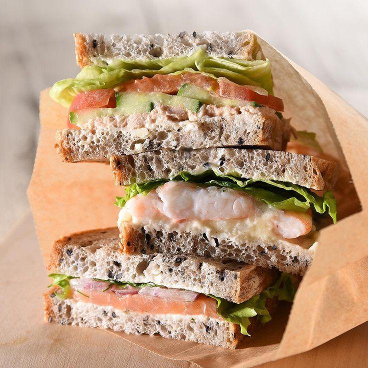 ・ ゴマの風味が香ばしいトレコンブロートを使ったサンドイッチ。 ・ スモークサーモン、エビ、ツナサラダ・・・、3種類のシーフードを挟んでいます。 ・ どれもパンとの相性バツグンでおいしい! ・ ランチにどうぞ。 ・ #アンデルセン #ベーカリー #パン #デンマークフェア #トレコンブロート #デンマーク #ヒュッゲ #バラエティブレッド #サンドイッチ #シーフードサンド #ランチ #3種のシーフードサンド #トレコンサンド ・ #andersen #bakery #bread #instabread #danishbutter #danish #denmarkfair #denmark #sandwich #seafood