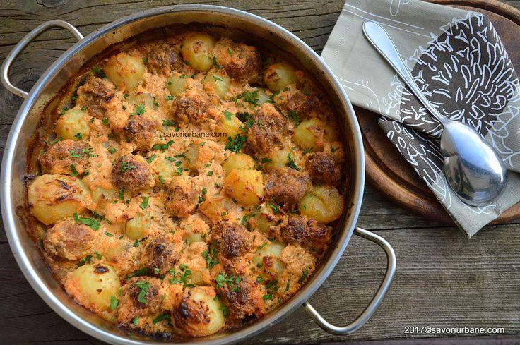 Chiftele la cuptor cu cartofi in sos de smantana. Totul se coace deodata, intr-o singura tava, fara prajeala! O reteta simpla de chiftelute fragede coapte